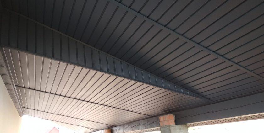 Подшивка свесов крыши софитом в Хатежино