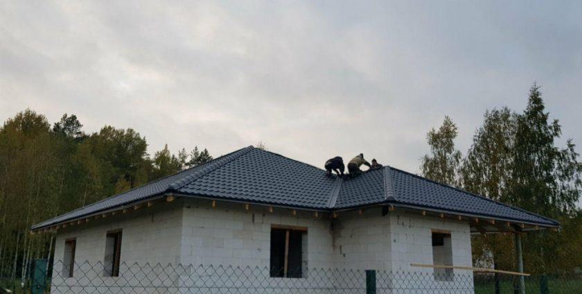 Монтаж кровли - листовая металлочерепица в Острошицком городке
